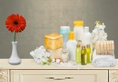 Contenitori e fiore cosmetici, vista del primo piano Immagini Stock Libere da Diritti