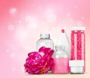 Contenitori e fiore cosmetici, vista del primo piano Fotografie Stock Libere da Diritti