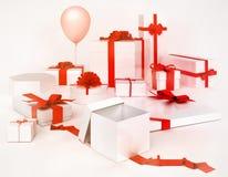 Contenitori e pallone di regalo isolati su fondo bianco Fotografie Stock Libere da Diritti
