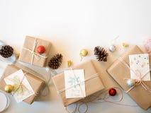 Contenitori e pigne di regalo di natale di Brown su fondo bianco Fotografia Stock