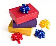 Contenitori ed archi di regalo Assorted di colori Fotografia Stock