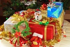 Contenitori ed ornamenti di regalo. Immagini Stock