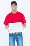 Contenitori felici di pizza della tenuta del fattorino Fotografia Stock Libera da Diritti