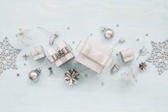Contenitori, fiocchi di neve e decorazioni d'argento di regalo Immagine Stock Libera da Diritti