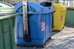 Contenitori gialli, blu e verdi dell'immondizia della via Fotografie Stock