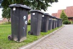 Contenitori grigi dell'immondizia in una fila Fotografia Stock