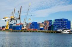 Contenitori industriali di caricamento della gru nel porto di Rotterdam Fotografie Stock