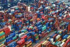 Contenitori industriali di Hong Kong sul molo Immagine Stock