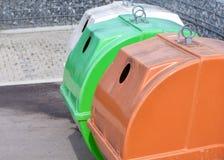Contenitori nei colori differenti per raccogliere spreco riciclabile immagini stock libere da diritti