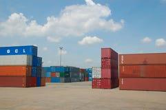 Contenitori nel porto alla Tailandia Immagini Stock