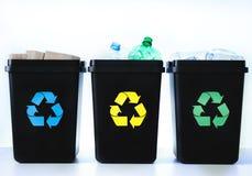 Contenitori per il riciclaggio - plastica, vetro, carta Immagini Stock