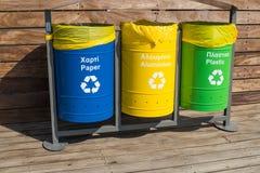 Contenitori per raccolta dei rifiuti separata Traduzione, plastica, vetro, carta, non selezionata Separazione di immondizia ordin immagini stock
