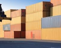 Contenitori in porto Immagini Stock Libere da Diritti