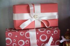 contenitori rosa di regali holyday con la fine bianca di macro dell'arco su Fotografia Stock Libera da Diritti