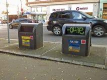 Contenitori sotterranei per raccolta dei rifiuti a Praga Immagini Stock Libere da Diritti