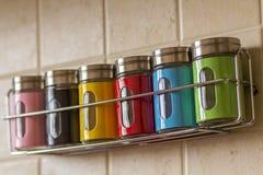 Contenitori variopinti del sale e del pepe della spezia in cucina Immagini Stock