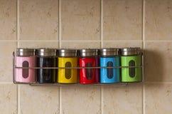 Contenitori variopinti del sale e del pepe della spezia in cucina Fotografia Stock Libera da Diritti