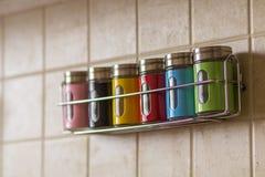 Contenitori variopinti del sale e del pepe della spezia in cucina Fotografia Stock