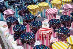 Contenitori variopinti su una stalla del mercato Fotografia Stock