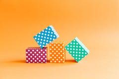 Contenitori vivi di cubo del modello di pois del fondo geometrico variopinto astratto Blocchetto rettangolare viola di verde blu Immagini Stock