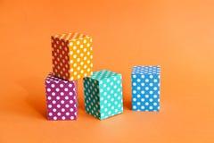 Contenitori vivi di cubo del modello di pois del fondo geometrico variopinto astratto Blocchetto rettangolare viola di verde blu Fotografia Stock