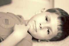 content gulligt le för pojke Fotografering för Bildbyråer