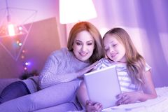 Content mum and daughter enjoying time together Stock Images