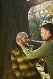 Contentez les couples sur la hausse de forêt Image stock