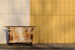 Contentor oxidado do lixo Fotos de Stock Royalty Free