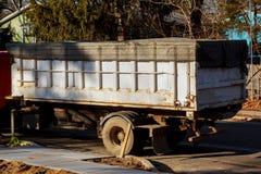 Contentores com lixo na reciclagem e no desperdício construção no fundo imagem de stock