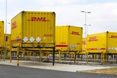 Contentores de DHL na frente das logísticas das Amazonas que constroem o 12 de março de 2017 em Dobroviz, república checa Fotografia de Stock