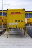 Contentores de DHL na frente das logísticas das Amazonas que constroem o 12 de março de 2017 em Dobroviz, república checa Imagem de Stock
