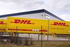 Contentores de DHL na frente das logísticas das Amazonas que constroem o 12 de março de 2017 em Dobroviz, república checa Foto de Stock