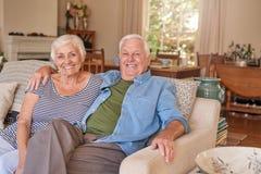Contenu supérieur de couples à la maison sur leur sofa images stock