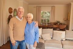 Contenu supérieur de sourire de couples ensemble dans leur salon Photos stock