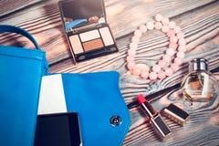 Contenuti della borsa della donna - cosmetici, aggeggi, gioielli Fotografie Stock Libere da Diritti