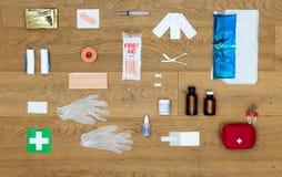 Contenuti di un fondo della cassetta di pronto soccorso Fotografie Stock Libere da Diritti