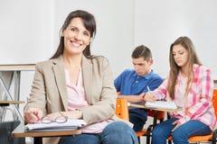 Contenuto sorridente dell'insegnante Immagine Stock Libera da Diritti