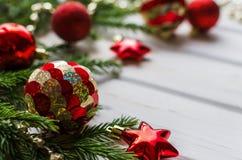 Contesto di Natale con il ramo di albero dell'abete e della decorazione sopra struttura di legno fotografia stock