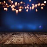 Contesto illuminato blu con bokeh dorato fotografie stock libere da diritti