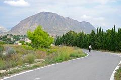 Contexte des montagnes avec quelqu'un faisant un cycle Photographie stock