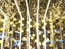 Contexte extérieur de tache floue décorative, accrocher d'ampoule de ficelle et lumière jaune de fower à la nuit - lumières de No photos stock