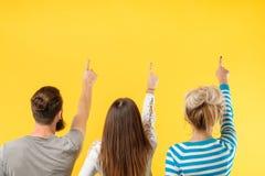 Contexte jaune de vue de rangée arrière de personnes apparaissant photos libres de droits