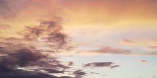 contexte Les nuages légers diffèrent des nuages foncés dans le ciel de coucher du soleil Nuages multicolores photographie stock libre de droits