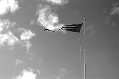 Contexte noir et blanc de ondulation de drapeau de la Norvège Photographie stock libre de droits