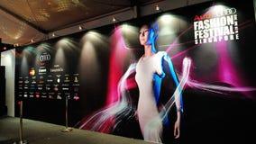 Contexto con tema del diseño del festival y patrocinadores en Audi Fashion Festival 2012 Imagenes de archivo