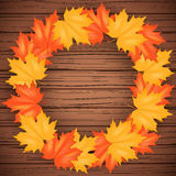 Contexto de Autumn Leaves y de madera Foto de archivo
