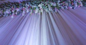 Contexto de la boda con la decoración de la flor almacen de metraje de vídeo