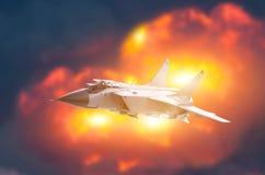 Contexto do voo dos aviões de avião de combate de uma explosão poderosa Conceito da greve da guerra foto de stock