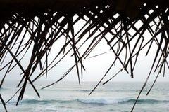 Contexto tropical del océano con el tejado cubierto con paja fotos de archivo